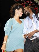 Rihanna in sexy legs and gorgeous Performs at Hope for Haiti in London - Jan 22 Foto 1747 (Рианна в сексуальных ног и великолепный выступает на Надежда на Гаити в Лондоне - 22 января Фото 1747)